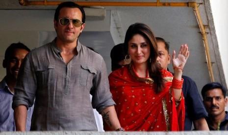 Dua bintang Bollywood, Saif Ali Khan (kiri) dan Kareena Kapoor (kanan ...