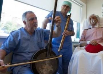Dua dokter Turki tengah memberikan terapi musik kepada pasiennya