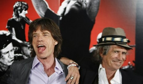 Dua personel the Rolling Stones, Mick Jagger (kiri) dan Keith Richards (kanan) tersenyum dalam sesi foto press conference film dokumenter Shine A Light yang disutradarai martin Scorsese pada 30 Maret 2008.