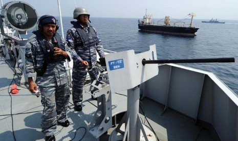 Dua prajurit TNI Angkatan Laut (AL) berjaga dengan menggunakan senapan di Kapal Perang Republik Indonesia (KRI) Makassar saat melintasi perairan Selat Madura, Jawa Timur, Selasa (3/6)
