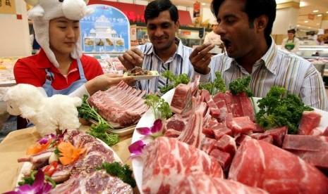 Dua warga asing mencicipi kuliner halal di sebuah pusat perbelanjaan di Seoul, Korea Selatan. (ilustrasi)