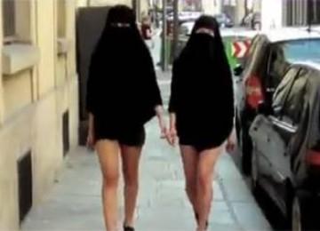 Dua Wanita Prancis menentang larangan pemakaian cadar dengan berjalan di jalanan kota Paris sambil mengenakan cadar dan celana mini