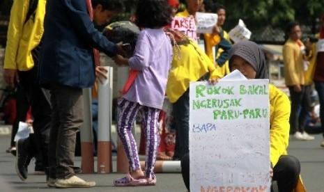 Dukungan Aksesi FCTC: Mahasiswa BEM IM FKM UI menggelar aksi dukungan percepatan aksesi Framework Convention on Tobacco Control (FCTC) untuk Indonesia, Jakarta, Ahad (25/5). Aksi tersebut sebagai langkah dukungan pada pemerintah untuk segera aksesi FCTC, s