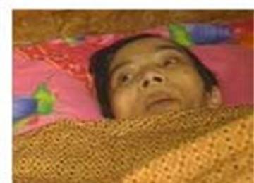Een Sukaesih terbaring di dalam kamarnya