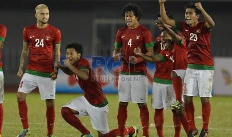Ekpresi kegembiraan pemain timnas Indonesia usai mengalahkan Malaysia pada babak semifinal sepakbola Sea Games ke-27 di Naypyidaw, Myanmar, Kamis (19/2). (Republika/Edwin Dwi Putranto)
