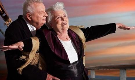 Erna Ruett (86 tahun) dan Alfred Kelbch (81 tahun) berfoto seperti aksi di film Titanic untuk kalender di Jerman.