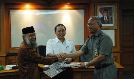 Ketua Umum Dewan Dakwah Islamiyah Indonesia KH Syuhada Bahri (kiri)