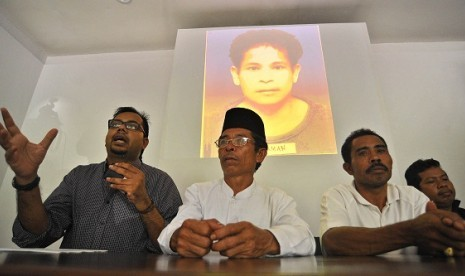 Executive Koordinator of Commission for the Disappeared and Victims of Violence, Haris Anwar (left) and family members of three Indonesian workers shoot in Malaysia, hold a pers conference in Jakarta, recently.