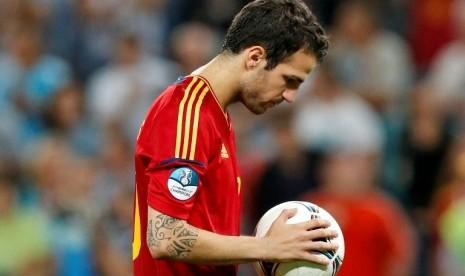 Fabregas sesaat sebelum mengambil penalti dalam semifinal Piala Eropa 2012 melawan Portugal. Spanyol menang 4-2