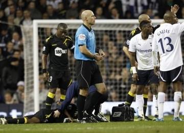 Fabrice Muamba yang terjatuh saat laga kontra Tottenham Hotspurs di piala FA