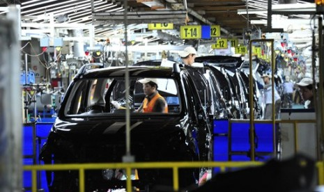 Fasilitas perakitan mobil PT Astra Daihatsu Motors tengah merakit dan menguji beberapa mobil. (Foto: Republika/Yogi Ardhi)