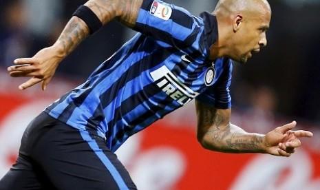Felipe Melo berselebrasi setelah mencetak gol ke gawang Verona