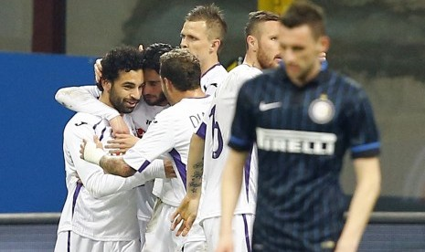 Fiorentina's Mohamed Salah (L) celebrates with teammates after scoring a goal against Inter Milan during their Serie A soccer match at San Siro stadium in Milan March 1, 2015.