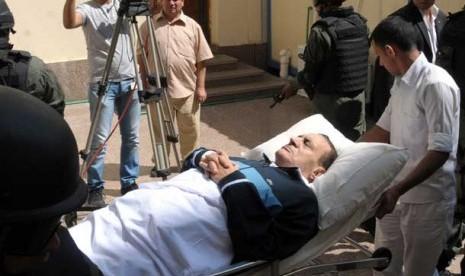 Foto file mantan Presiden Mesir Husni Mubarak saat dibawa ke ruang pengadilan di Kairo, Mesir, tanggal 7 September 2011.