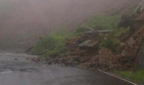 Foto longsor di Puncak yang dilansir Twitter Polres Bogor Kota.