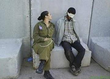 Foto tentara perempuan dan tahanan Palestina yang menghebohkan itu