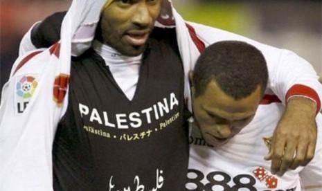Pemain Muslim Ini Bersepak Bola Sambil Beribadah