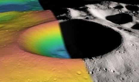 Gambaran kawah Shackleton, kawah gelap dengan diameter 21 kilometer (12,5 mil) di kutub selatan Bulan.