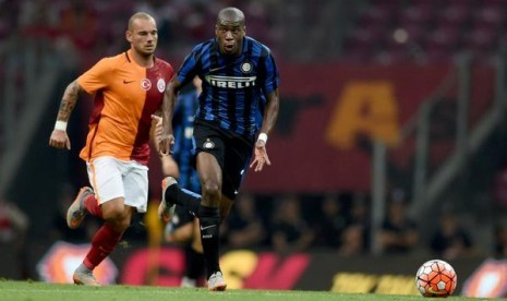 Gelandang Geoffrey Kondogbia berebut bola dengan bintang Galatasaray, Wesley Sneijder.