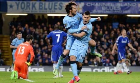 Gelandang Manchester City, David Silva (kiri), melakukan selebrasi bersama rekannya, Sergio Aguero (kanan), usai menjebol gawang Chelsea dalam laga Liga Primer Inggris di Stadion Stamford Bridge, London, Sabtu (31/1).