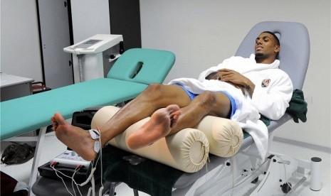 Gelandang tim nasional Prancis, Yann M'Vila, bersantai di kursi medis di pusat pelatihan tim di Kircha pada Kamis (7/6).
