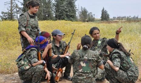 Gerilyawan wanita Kurdi mendiskusikan strategi militer dalam sebuah latihan perang. (ilustrasi)
