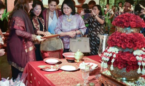 Ghea Panggabean (kiri), Menteri Pariwisata dan Ekonomi Kreatif Mari Elka Pangestu (dua dari kiri) saat menghadiri pameran