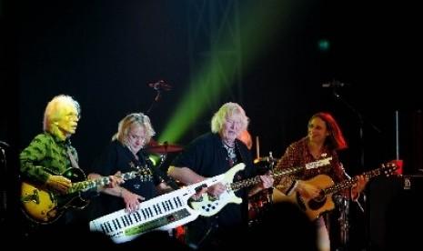 Gitaris Yes Steve Howe (kiri), pemain kibor Geoff Downes, pemain bass Chris Squire dan vokalis Jon Davison beraksi saat tampil dalam konser musik Celebrating 44 Years Of YES di Jakarta, Selasa (24/4)