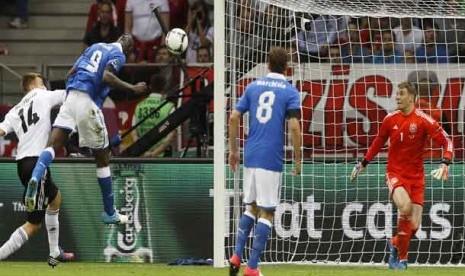 GOl pertama Mario Balotelli saat melawan Jerman dalam laga semifinal Piala Eropa 2012 antara Italia melawan Jerman di Stadion Narodowny, Warsawa, Polandia, Jumat (29/6) dini hari WIB.