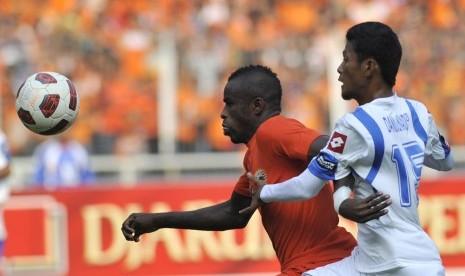 Greg Nwokolo (kiri)