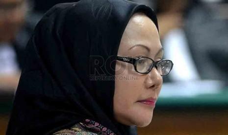 Gubernur Banten Non aktif dan juga terdakwa kasus dugaan suap sengketa Pilkada Lebak, Atut Chosiyah menjalani sidang vonis di Pengadilan Tipikor, Jakarta, Senin (1/9). (Republika/Agung Supriyanto)