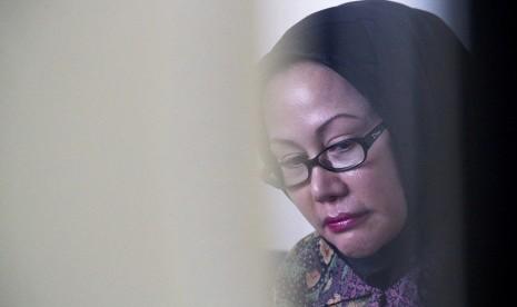 Gubernur Banten non aktif, Ratu Atut Chosiyah menunggu sebelum mengikuti sidang vonis di Pengadilan Tipikor, Jakarta Selatan, Senin (1/9).