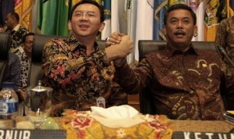Gubernur DKI Jakarta Basuki Tjahaja Purnama atau Ahok berjabat tangan dengan Ketua DPRD DKI Prasetio Edi Marsudi.