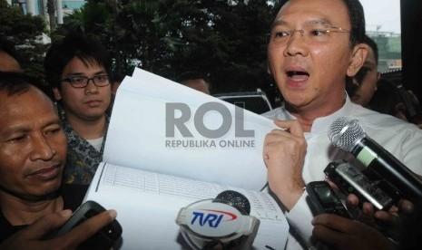 Gubernur DKI Jakarta Basuki Tjahaja Purnama menunjukan laporan dana Anggaran Pendapatan dan Belanja Daerah (APBD) 2015 di Gedung KPK, Jakarta, Jumat (27/2).  (Republika/Agung Supriyanto)