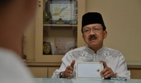 Gubernur DKI Jakarta Fauzi Bowo sedang memberikan penjelasan saat diskusi dengan Redaksi Harian Republika di Jakarta, Jumat (3/8). Dalam penjelasannya Foke mengungkapkan sejumlah persoalan di DKI antara lain mengenai kemiskinan dan E-KTP.