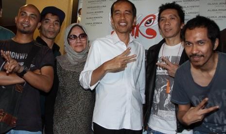 Gubernur DKI Jakarta Joko widodo atau Jokowi (tengah) berfoto bersama grup band Slank saat acara nonton bareng film