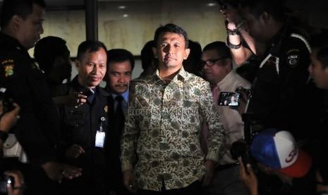 Gubernur Sumatera Utara Gatot Pujo Nugroho bersama istrinya, Evi Susanti.meninggalkan Gedung KPK usai diperiksa penyidik KPK sebagai saksi dari tersangka kasus suap hakim PTUN Medan di Jakarta, Senin (27/7).