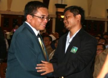 Gubernur Aceh, Irwandi Yusuf (kiri), memberikan ucapan selamat pada ketua umum KAMMI yang baru, Muhammad Ilyas, di Banda Aceh, Rabu (16/3) malam.