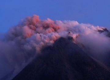 Gunung Merapi menyemburkan awan panas