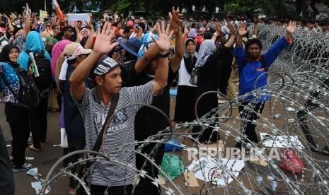 Dipecat Sepihak, Puluhan Guru Honor Simalungun Demo ke DPRD Sumut