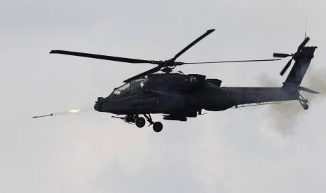 Helikopter AH-64 Apache Longbow.
