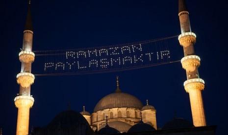 Hiasan lampu di Masjid Turki menyambut Ramadhan