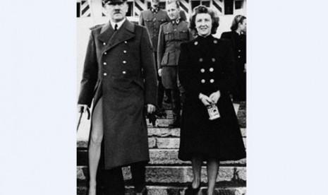... 2012 Hitler Pun Berpose Ala Angelina Jolie Busana Rancangan Desainer