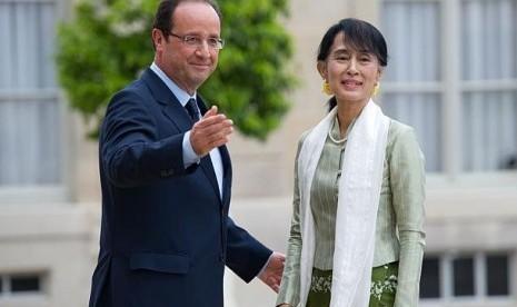 Hollande saat menerima Aung San Suu Kyi di Paris