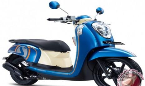 Honda Scoopy warna biru.