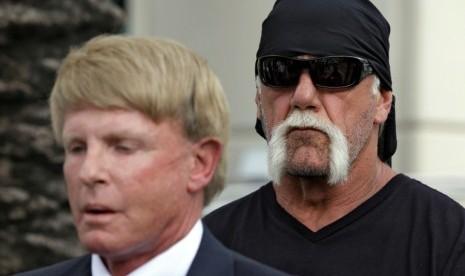 ... berbicara pada wartawan terkait peredaran video porno Hulk Hogan