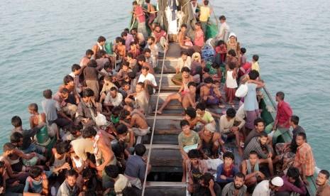 Imigran suku Rohingya dari Myanmar berada di perhu mereka yang terdampar di perairan Desa Simpang Tiga, Kecamatan Julok, Aceh Timur, Aceh, Rabu (20/5).