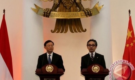 Indonesia`s Foreign Minister Marty Natalegawa conducted a meeting with his China counterpart Yang Jiechi in Jakarta, Friday.
