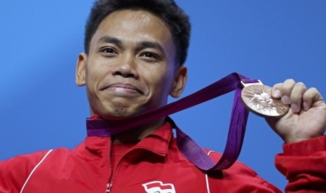 Indonesia's Irawan Eko Yuli poses with his bronze medal in the podium of the men's 62Kg Group A weightlifting competition at the London 2012 Olympic Games July 30, 2012.
