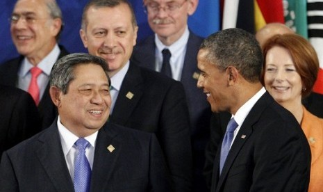 Indonesia's President Susilo Bambang Yudhoyono (front L) talks with US President Barack Obama as Turkey's Prime Minister Tayyip Erdogan (3rd L) and Australian Prime Minister Julia Gillard (R) look on during the group photo session of the G20 Summit in Los